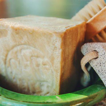 a simple guide to dry brushing, suho ščetkanje proti celulitu